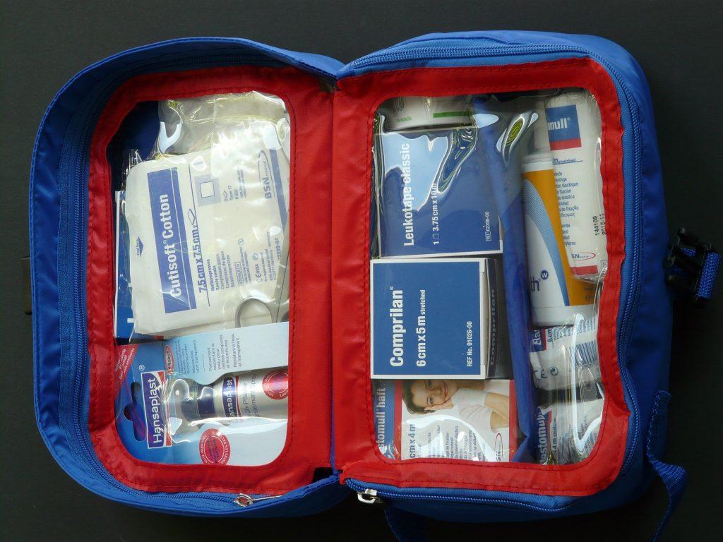 Erste-Hilfe-Kasten und Reinigungsprodukte
